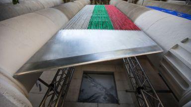 Ив Тошайн - знамена, вериги, гилотини и... поетична съблазън