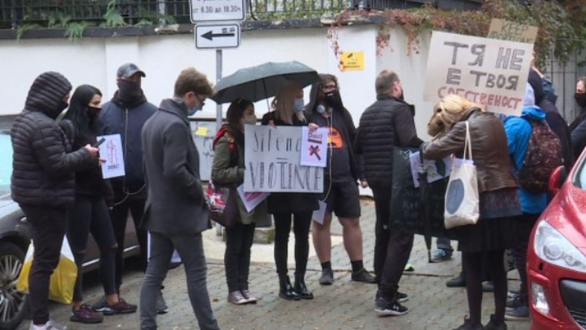 Протест пред полското посолство срещу решението за забрана на абортите в страната
