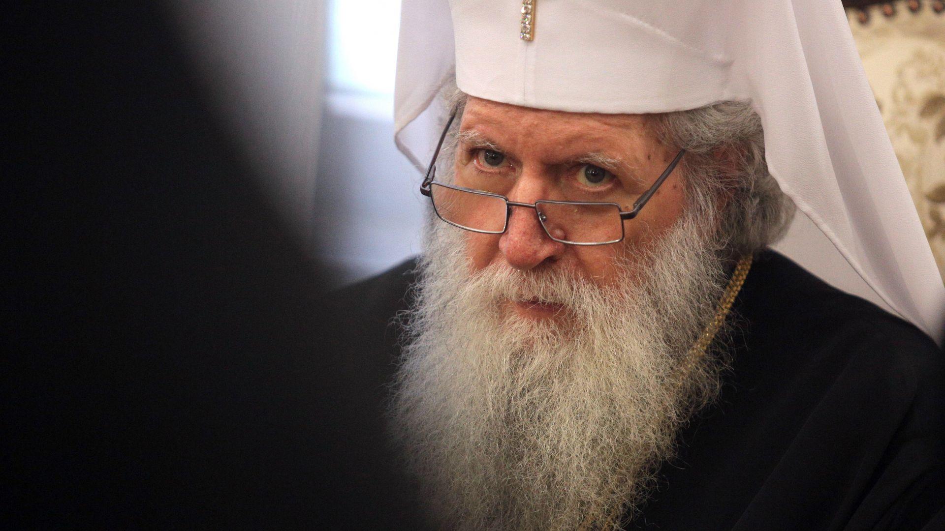 По идея на патриарх Неофит - духовници ще ръсят със светена вода болни от COVID-19 и лекари
