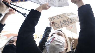 Президентът на Полша внася нов закон за абортите в опит да успокои протестите