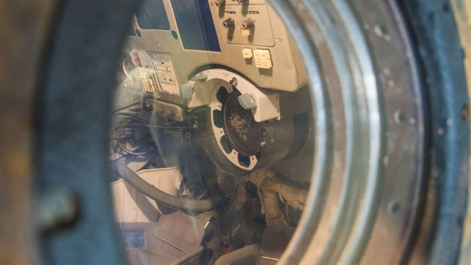 Посетителите могат да надникнат през люка на капсулата.