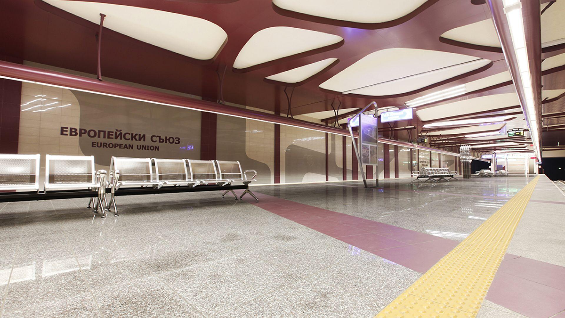 Полицай удря и влачи по земята момче без маска в метрото