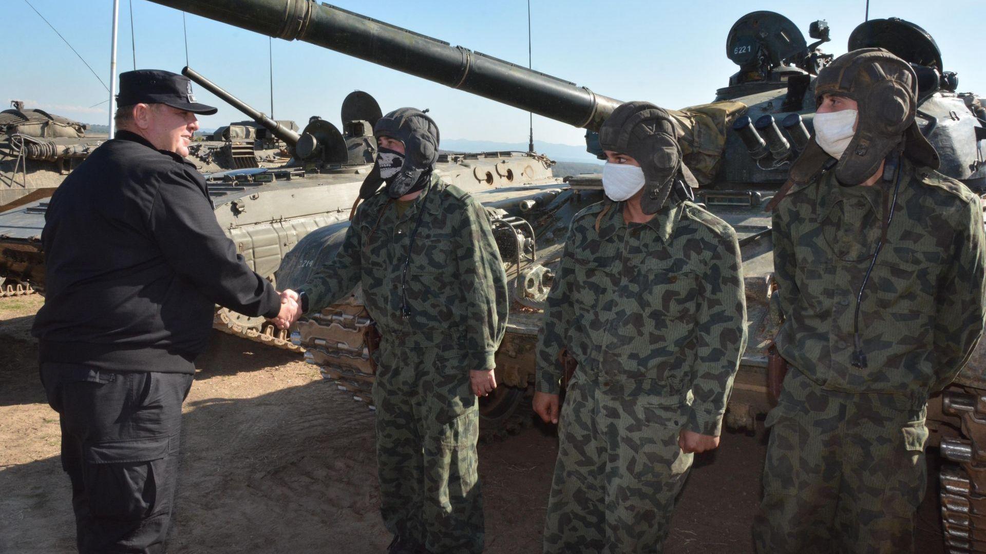 Каракачанов отчете само 233 военнослужещи, заразени с коронавирус