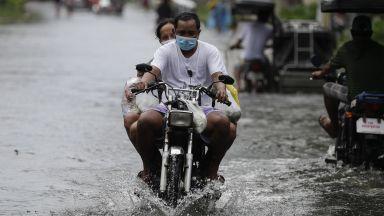 Тайфунът Молаве взе жертва, а хиляди се евакуират във Филипините (видео)