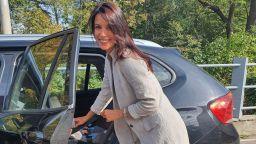 Яна Маринова разхожда с кола бебето на Луиза Григорова