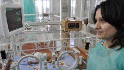 Заразената вдовица на починал от COVID роди живо и здраво момиченце в Хасково
