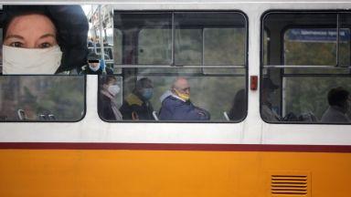 Мъж със свалена маска в автобус се изплю в лицето на жена след забележка