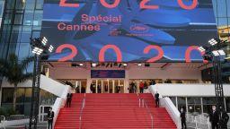 Кан разстла червения килим за символичен мини фестивал