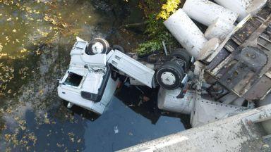 ТИР скъса мантинела в Ришкия проход и падна в Луда Камчия, шофьорът оцеля по чудо