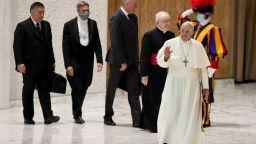 Папата нарече Covid страховита дама, но така и не сложи маска (снимки)
