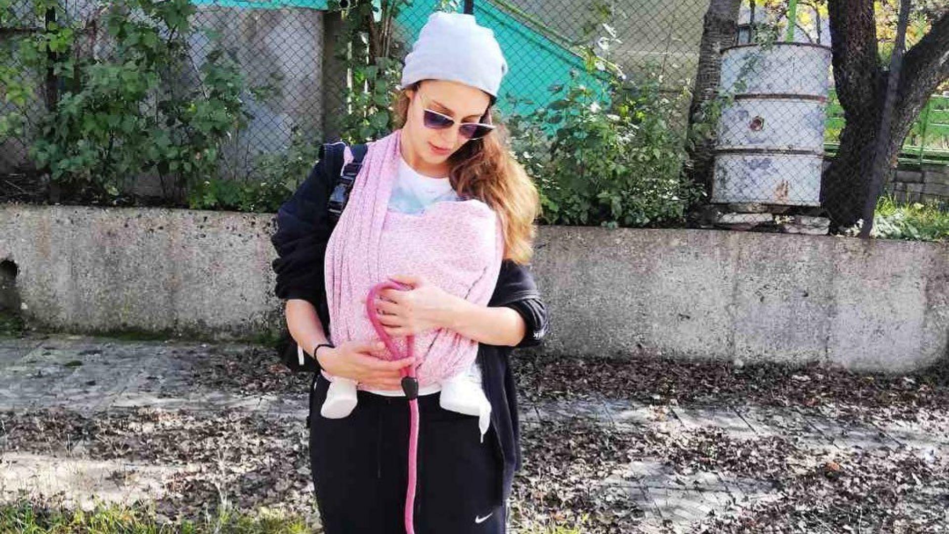 """Звездата от """"Съни бийч"""" Евелин Костова на първа разходка с новороденото си бебе"""