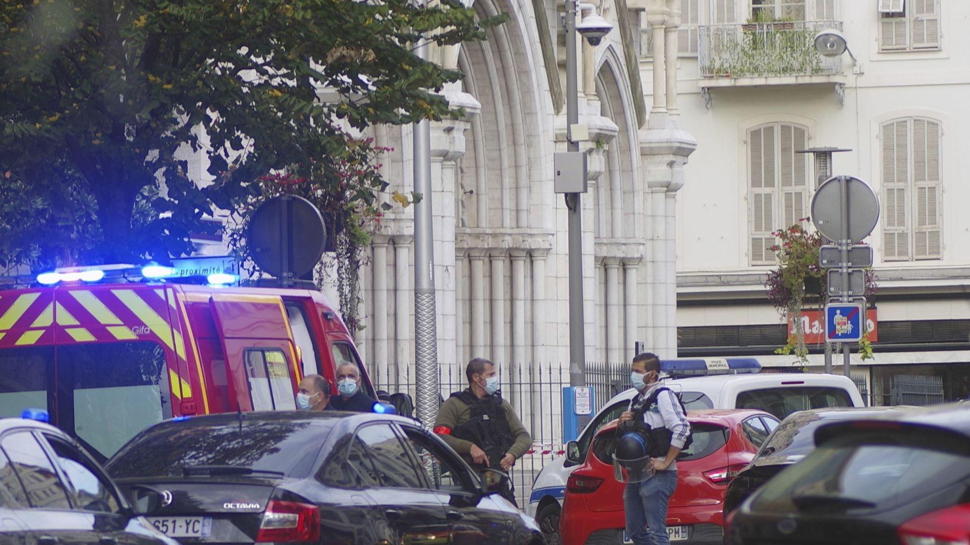 Три са жертвите в Ница, едната от тях е обезглавена (снимки и видео)