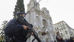 Франция разполага военни части на ключови места след атаката в Ница (снимки и видео)