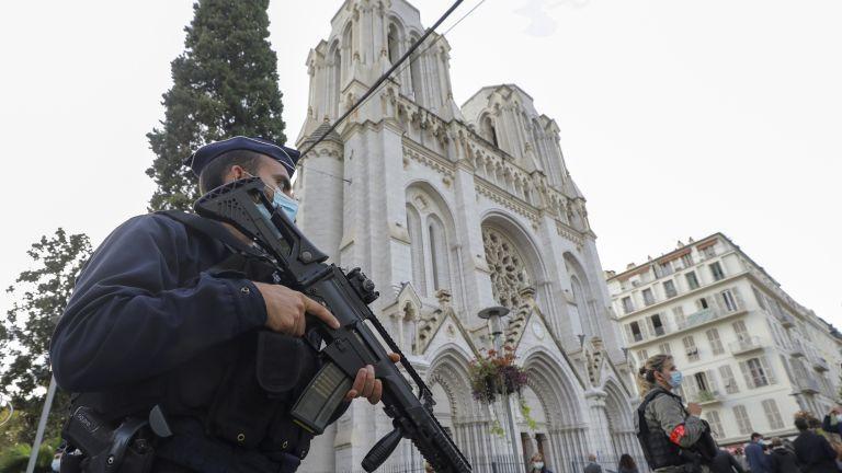 Православен свещеник е бил прострелян днес в църква във френския