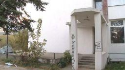 Вятър събори за втори път изолацията на бл. 9 в Студентски град (видео)