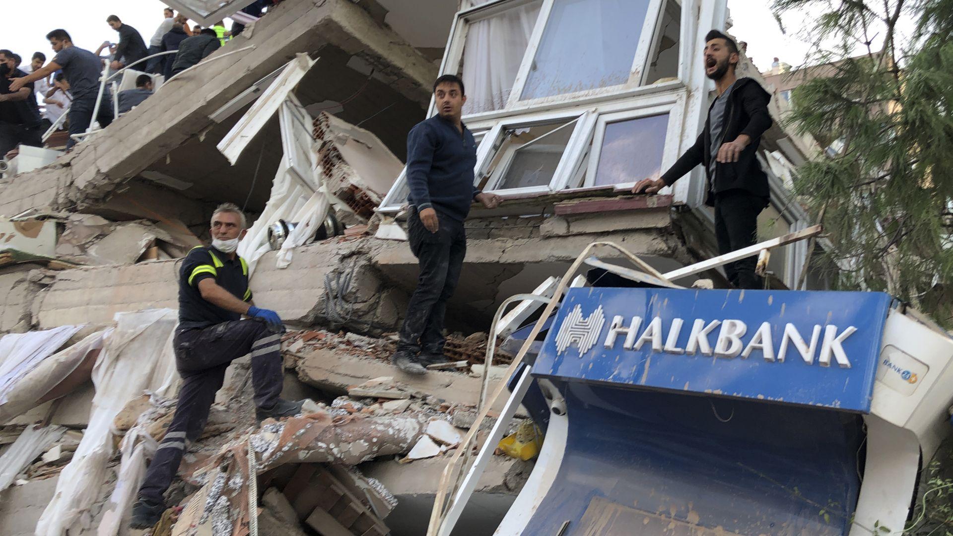 Все повече мъртви вадят от руините след мощния трус, ранените са стотици