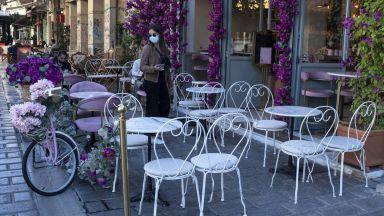 Гърция затваря повечето барове и ресторанти