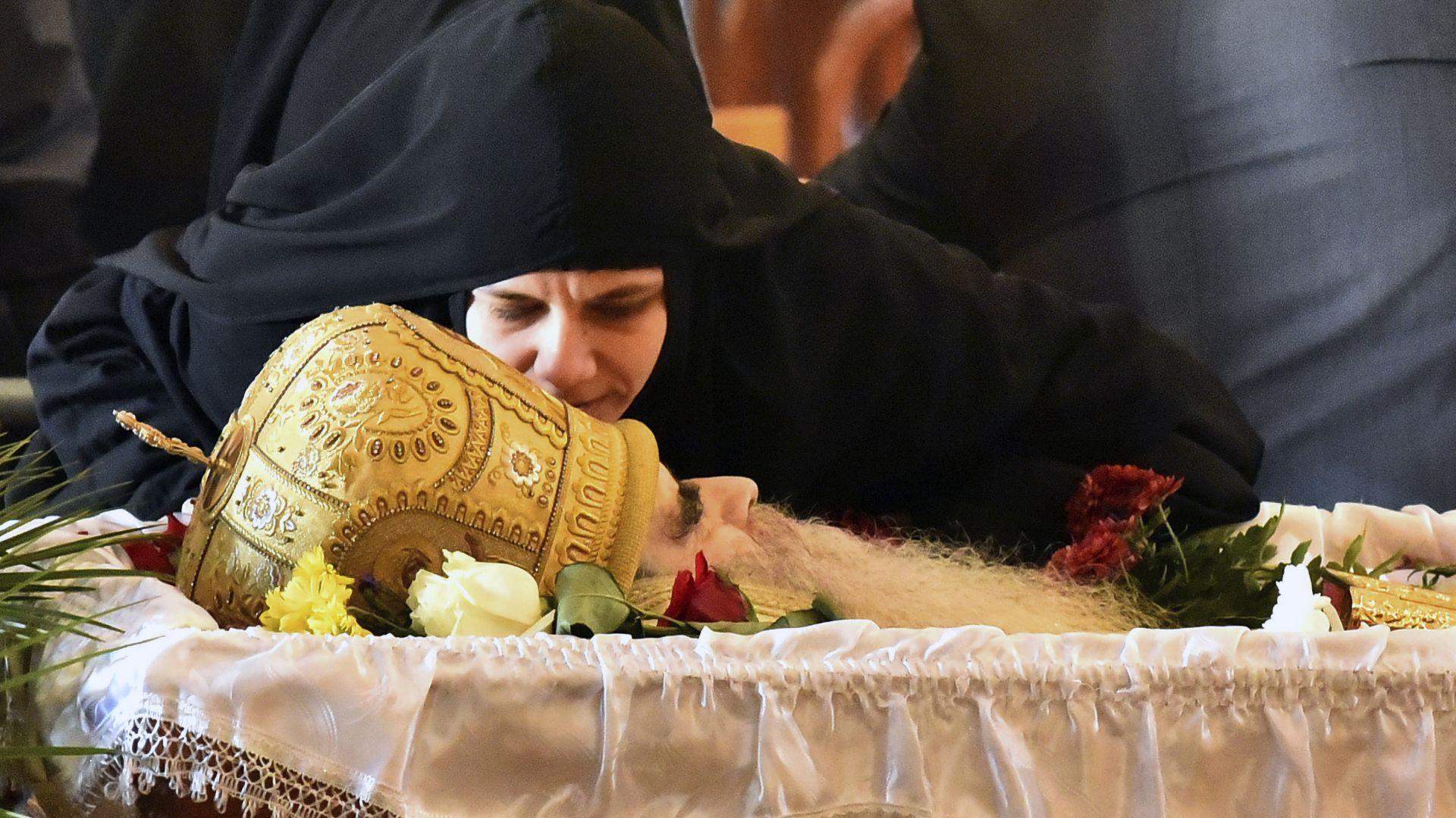 Масово нарушаване на мерките на погребението на починалия от COVID-19 митрополит Амфилохий