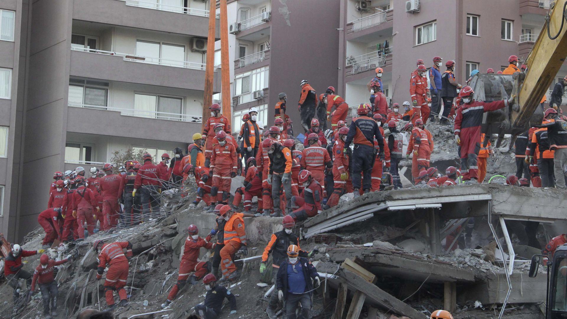 Спасиха 2 живи деца под развалините в Измир (видео)