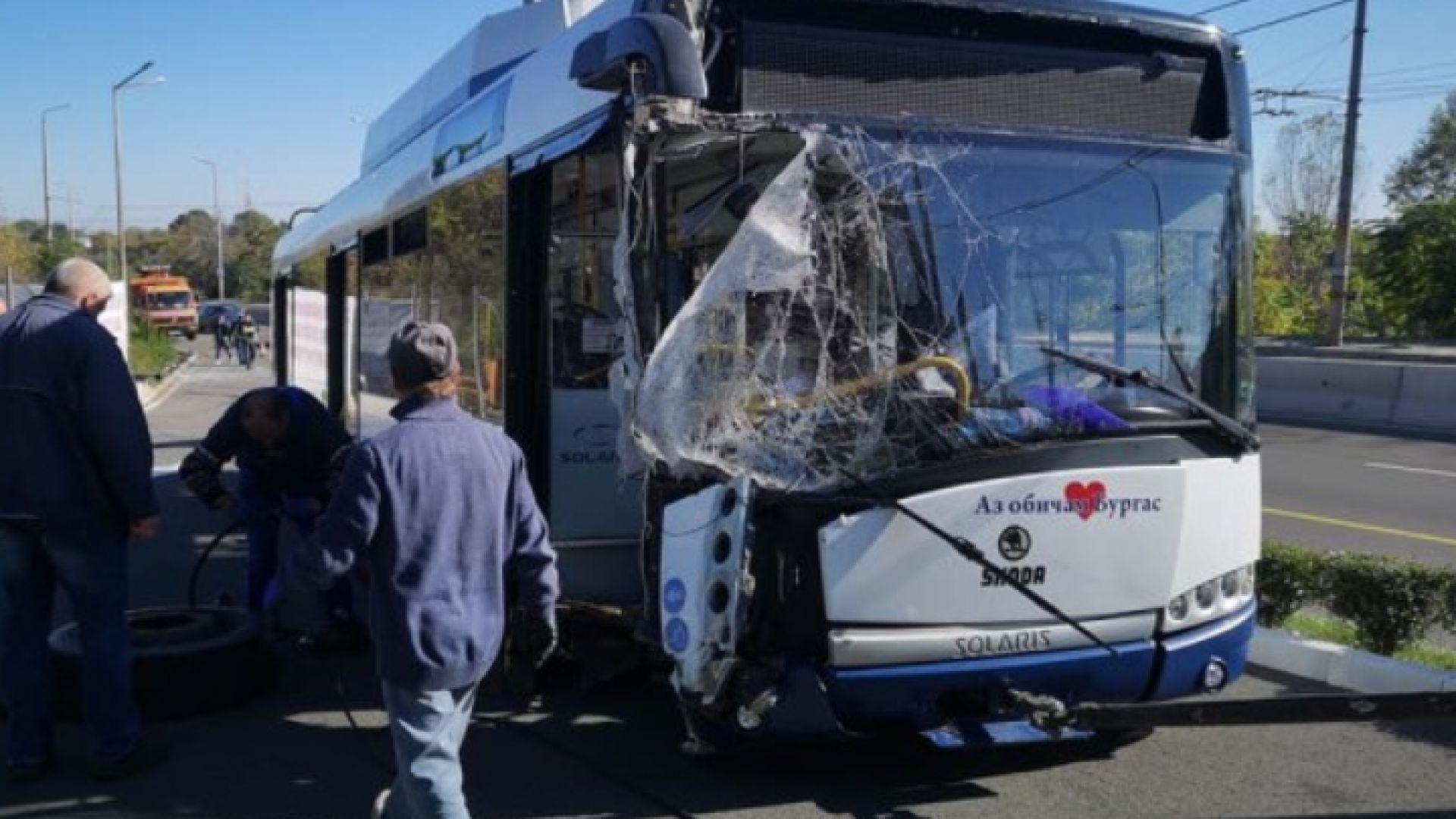 Тролей помете стълбове и кола в Бургас, двама са ранени