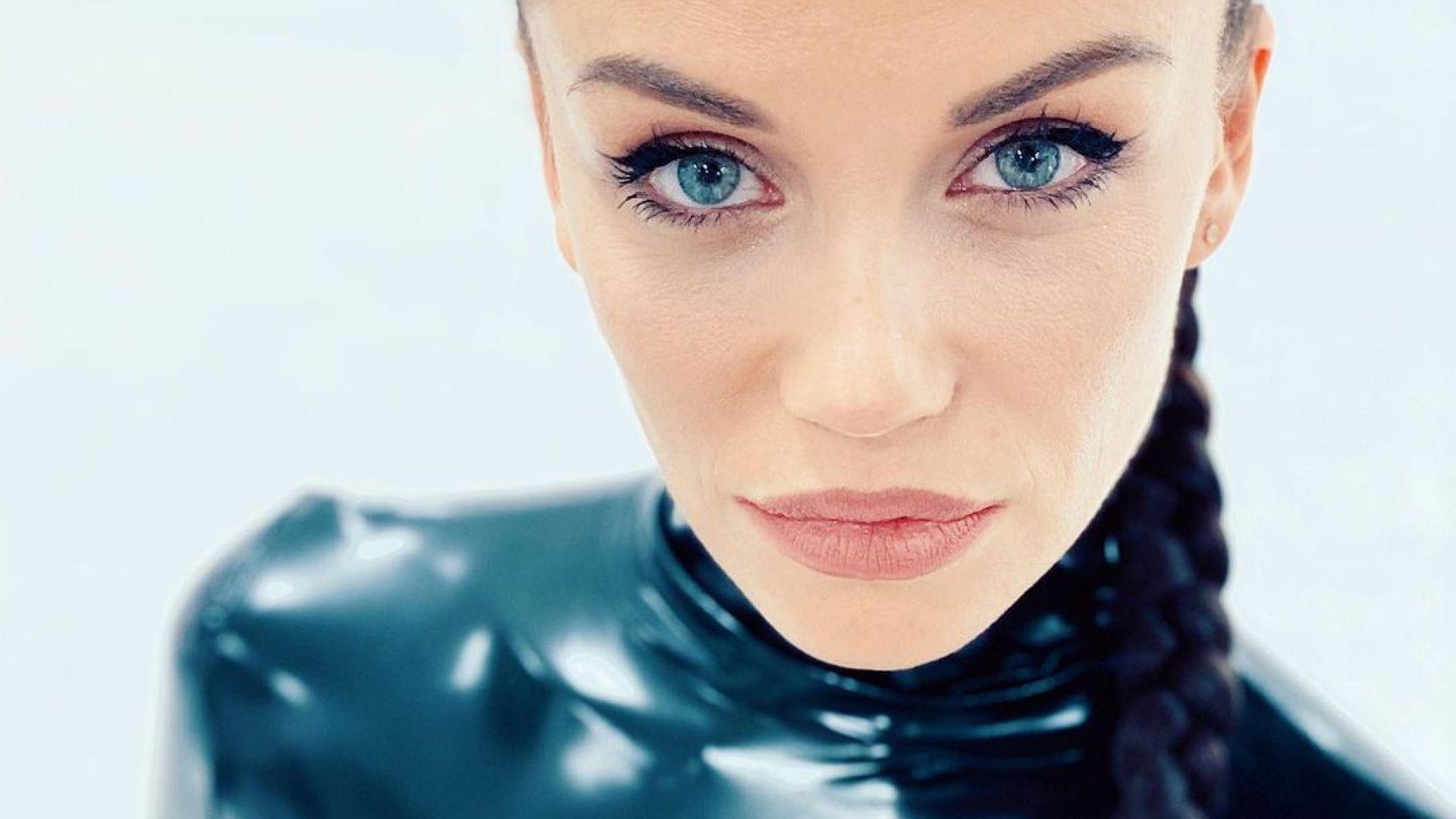 Сексапилната Диляна Попова в латекс като Жената-котка