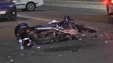 Тежка катастрофа между камион и мотоциклетист в София (снимки)