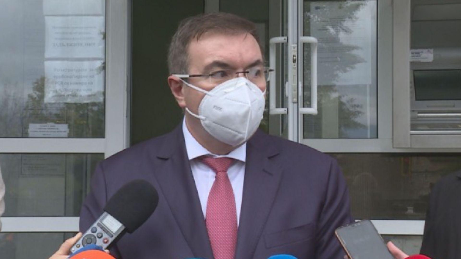 Ще правят бързи антигенни тестове пред болниците, спасяват РЗИ в София с 20 служители