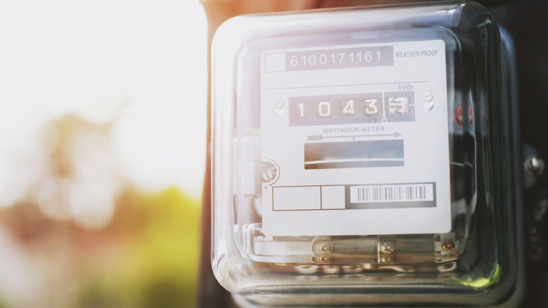 Намаляват потреблението и производството на ток в България
