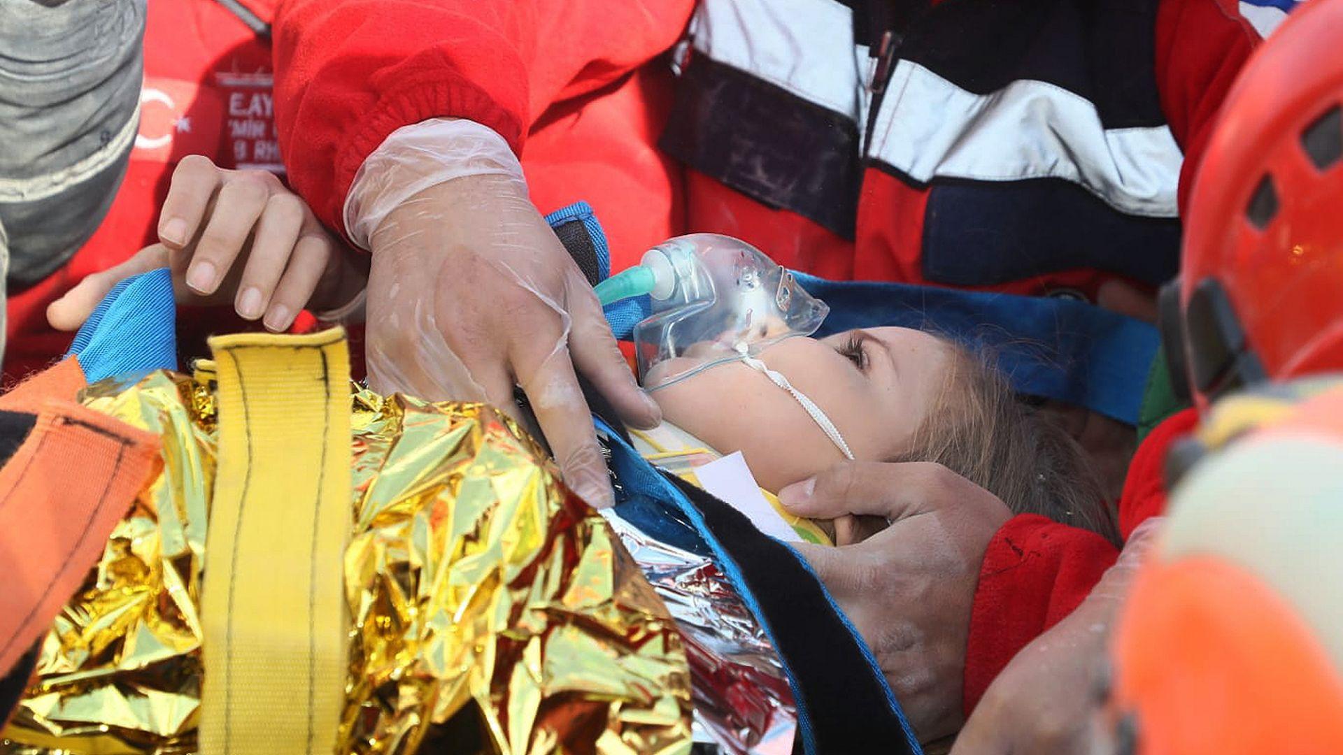 Чудо в 91-ия час в Измир: След Елиф, спасиха и 3-годишната Айля изпод руините (сники и видео)