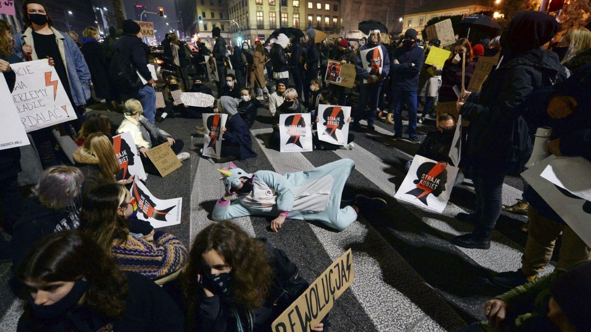 Полша отлага прилагането на решението на КС за абортите