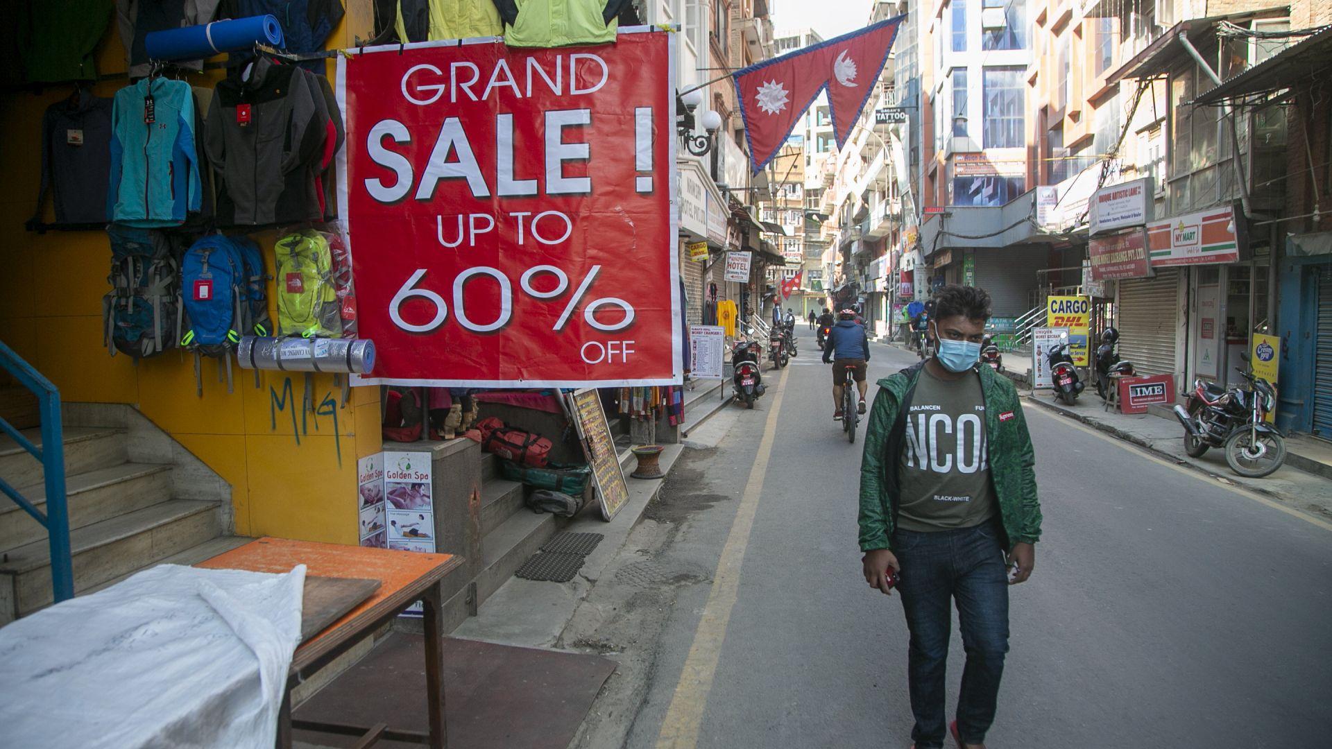 """""""Не сме виждали клиент в магазина от март"""" - Непал се отваря заради икономическата криза"""
