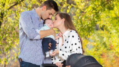 Нанси Карабойчева на красива есенна разходка с бебето си