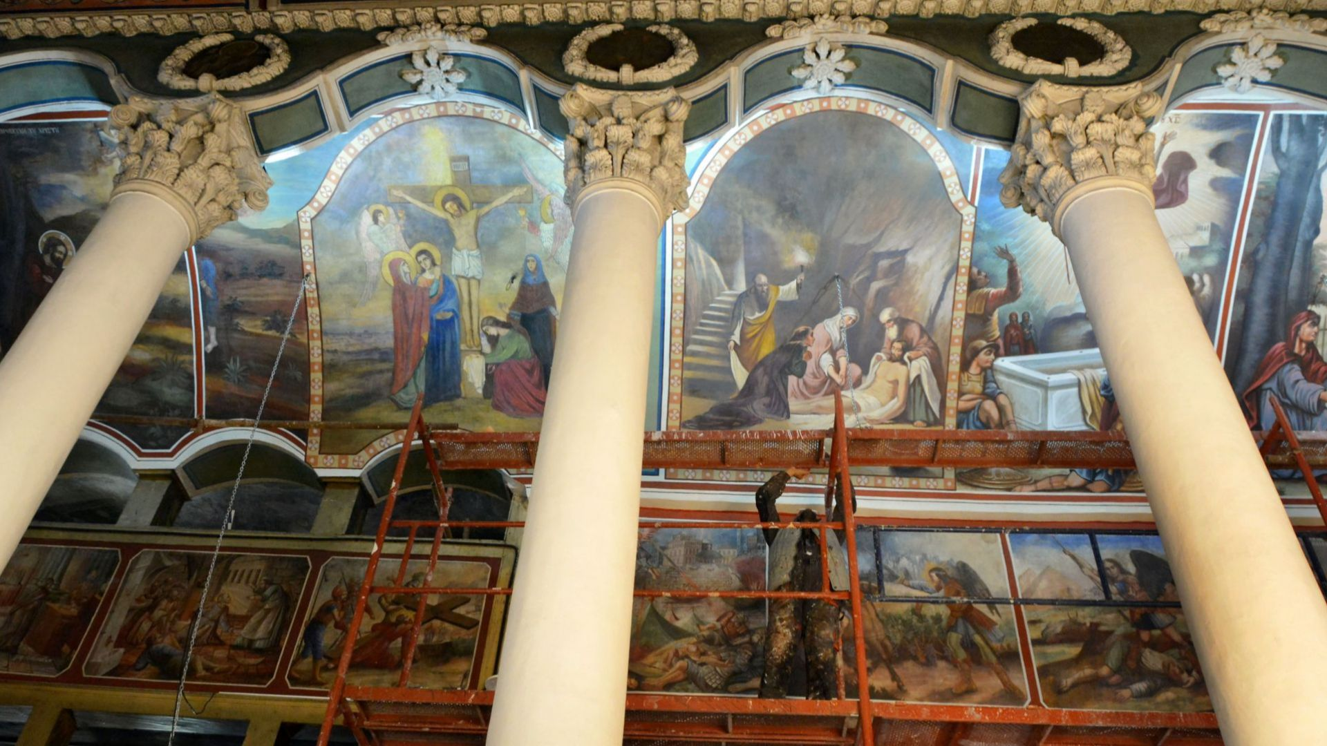 """Реставрират уникални стенописи в църквата """"Св. Архангел Михаил"""" в Хасково (снимки)"""