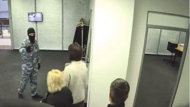 Навални разкри как претърсват офисите му в Москва (видео)