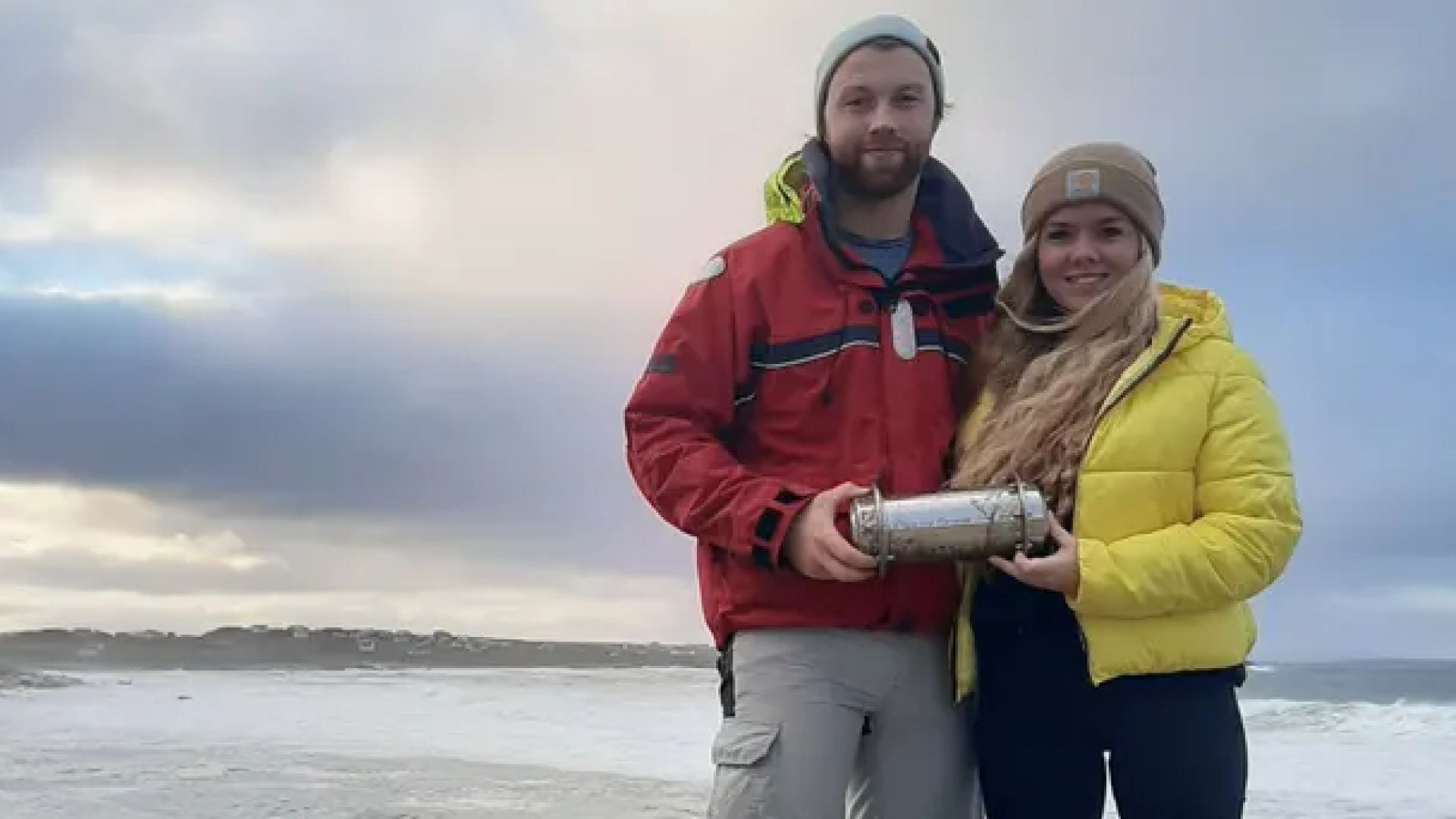 Арктическа капсула на времето изплува на ирландски бряг (видео)