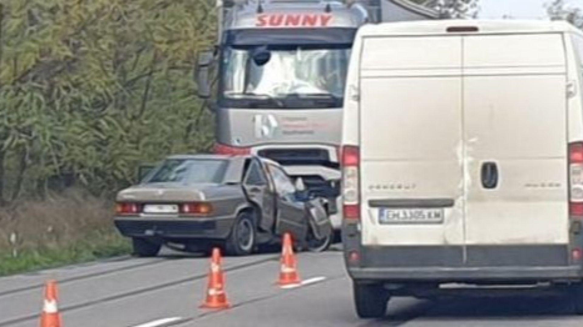 Мъж загина при челна катастрофа между кола и ТИР (видео)