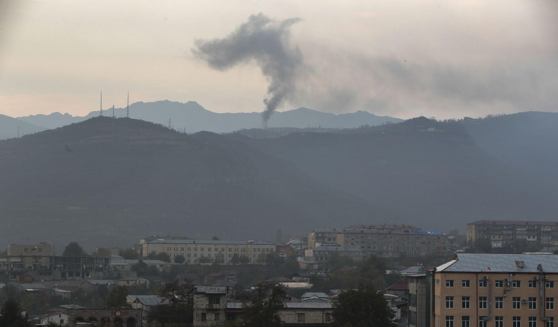 Димът се издига по време на боевете между арменските и азербайджанските сили край Шуши край Степанакерт