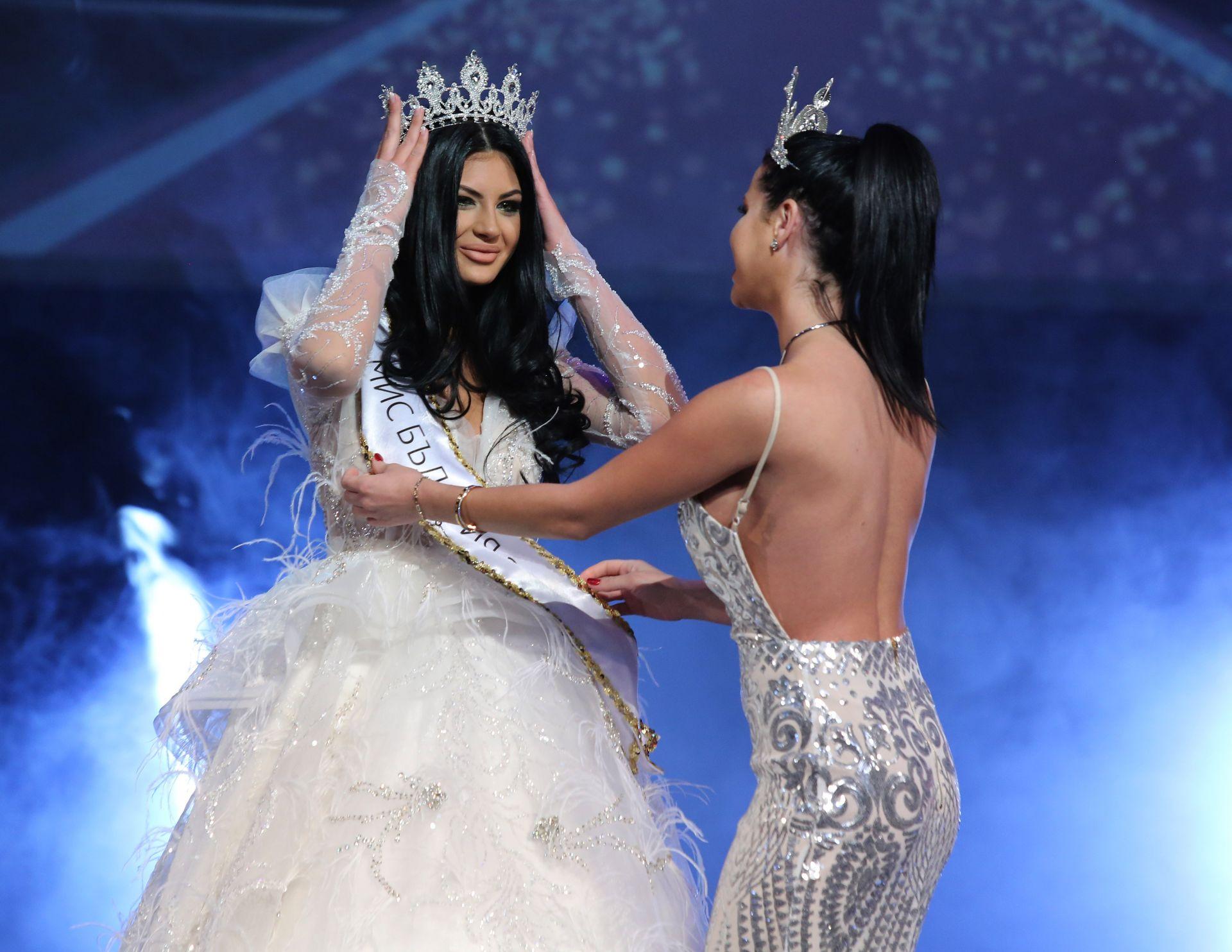 """Носителка на титлата """"Мис България"""" 2020 стана Венцислава Тафкова (вляво) на 21 години от Асеновград. Короната й бе връчена от миналогодишната носителка на титлата Радинела Чушева"""