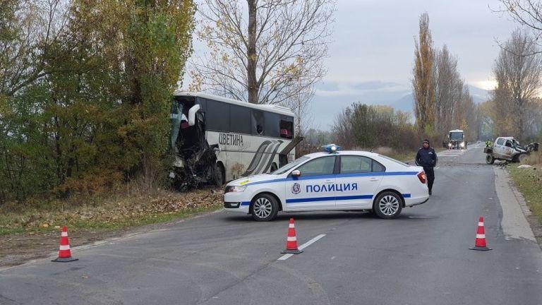 Трета жертва взе тежкият сблъсък между джип и автобус, който