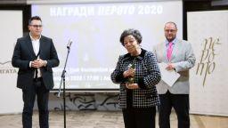 """Издателката Божана Апостолова с награда  """"Перото"""" за цялостен принос за 2020 година"""