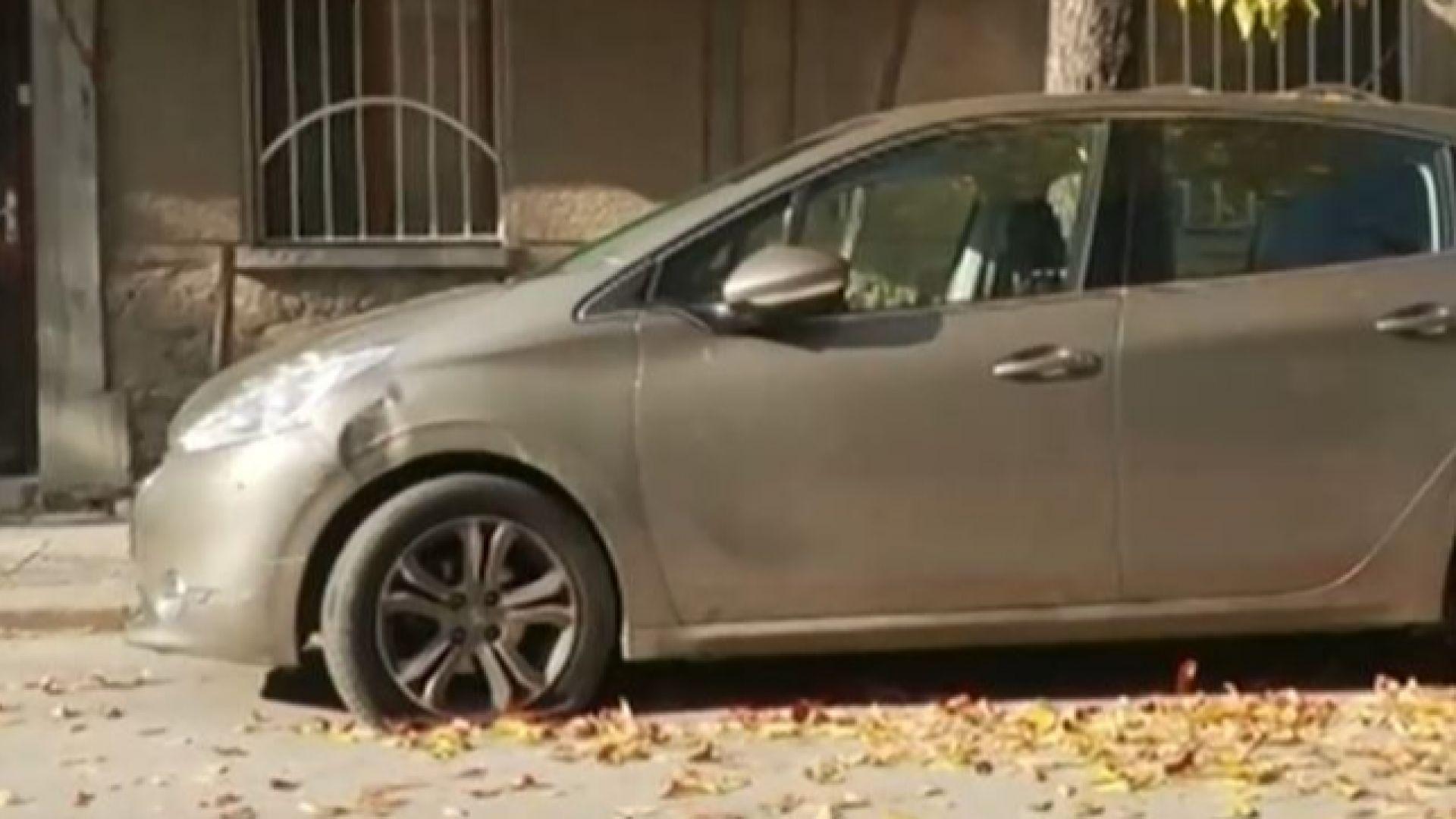 Непълнолетни удариха четири паркирани коли с откраднат автомобил