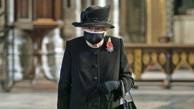 Кралица Елизабет Втора се появи за първи път с предпазна маска на публично място