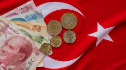 Турската лира падна до рекордни нива след изявлението за експулсиране на посланици