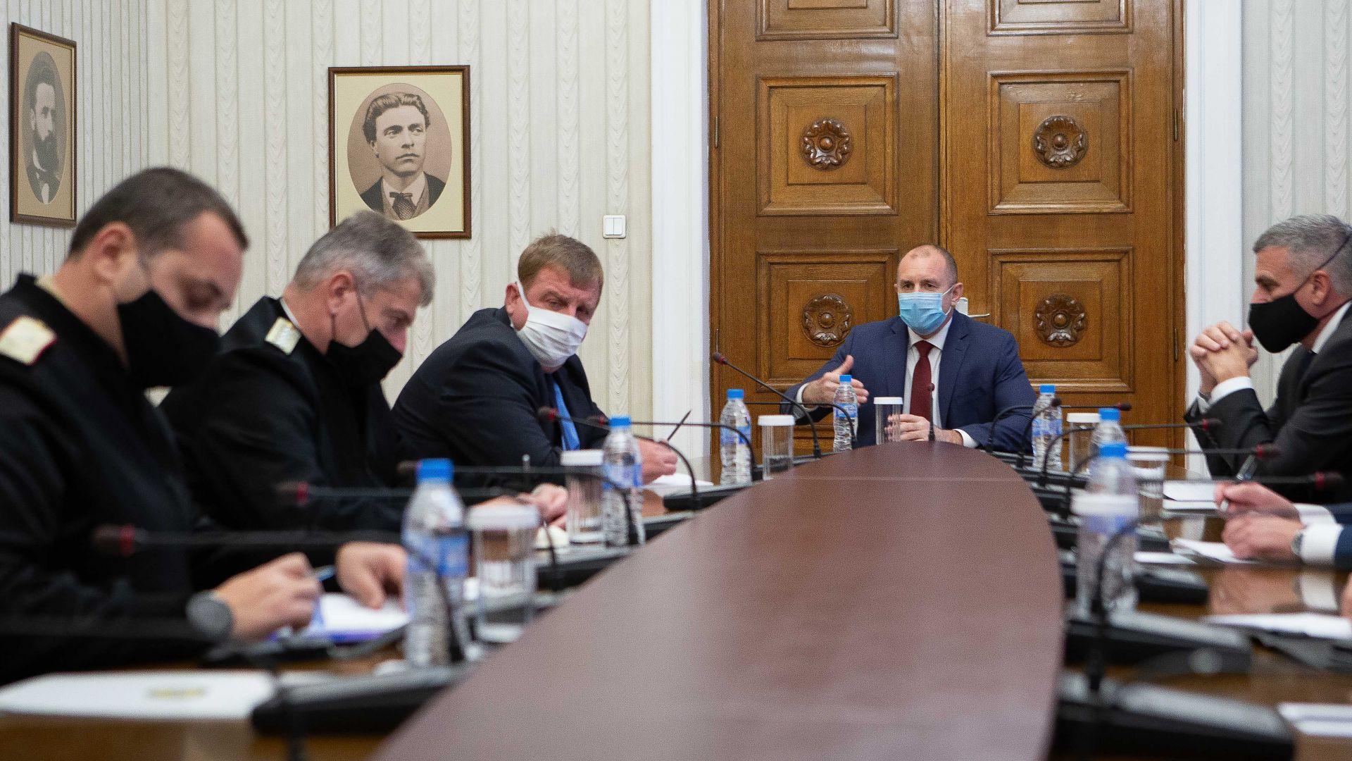 Радев свика среща с Каракачанов заради коронавируса в армията