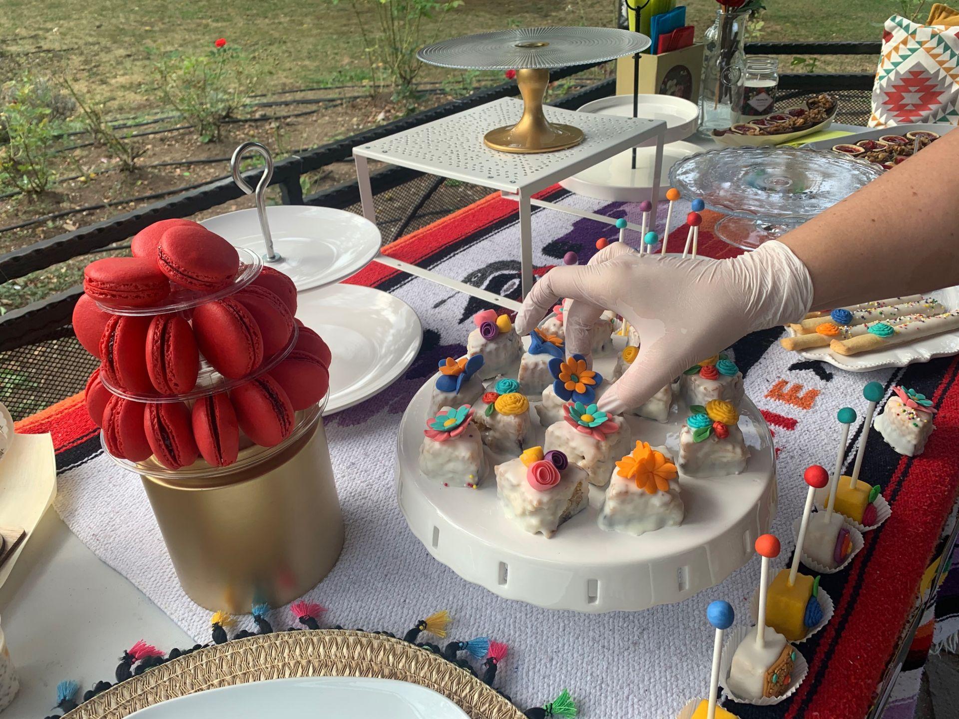 Неда Мартинчева – главен декоратор – твори и краси уникална маса!