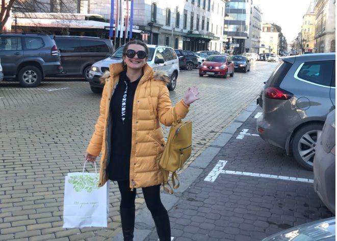 Усмихнатата Деси Еленкова отива на среща с корпоративен клиент