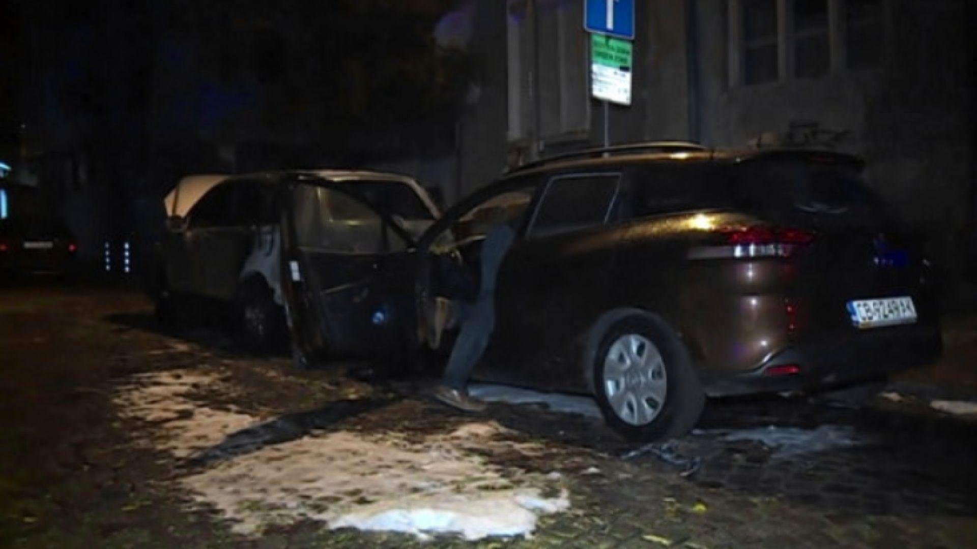 Две коли изгоряха в центъра на София през нощта