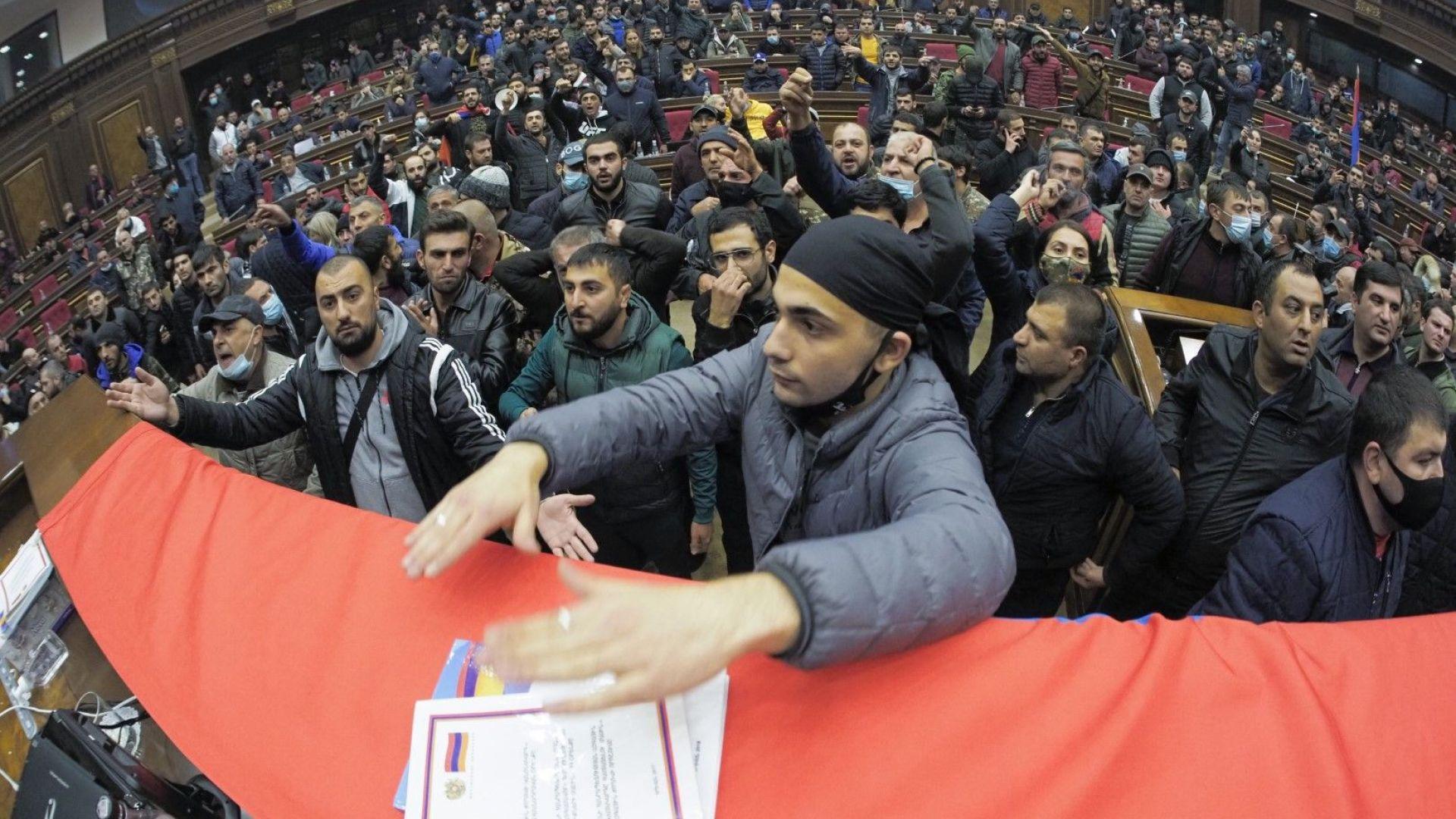 На книга прекратиха карабахската война, а в Ереван избухна въстание