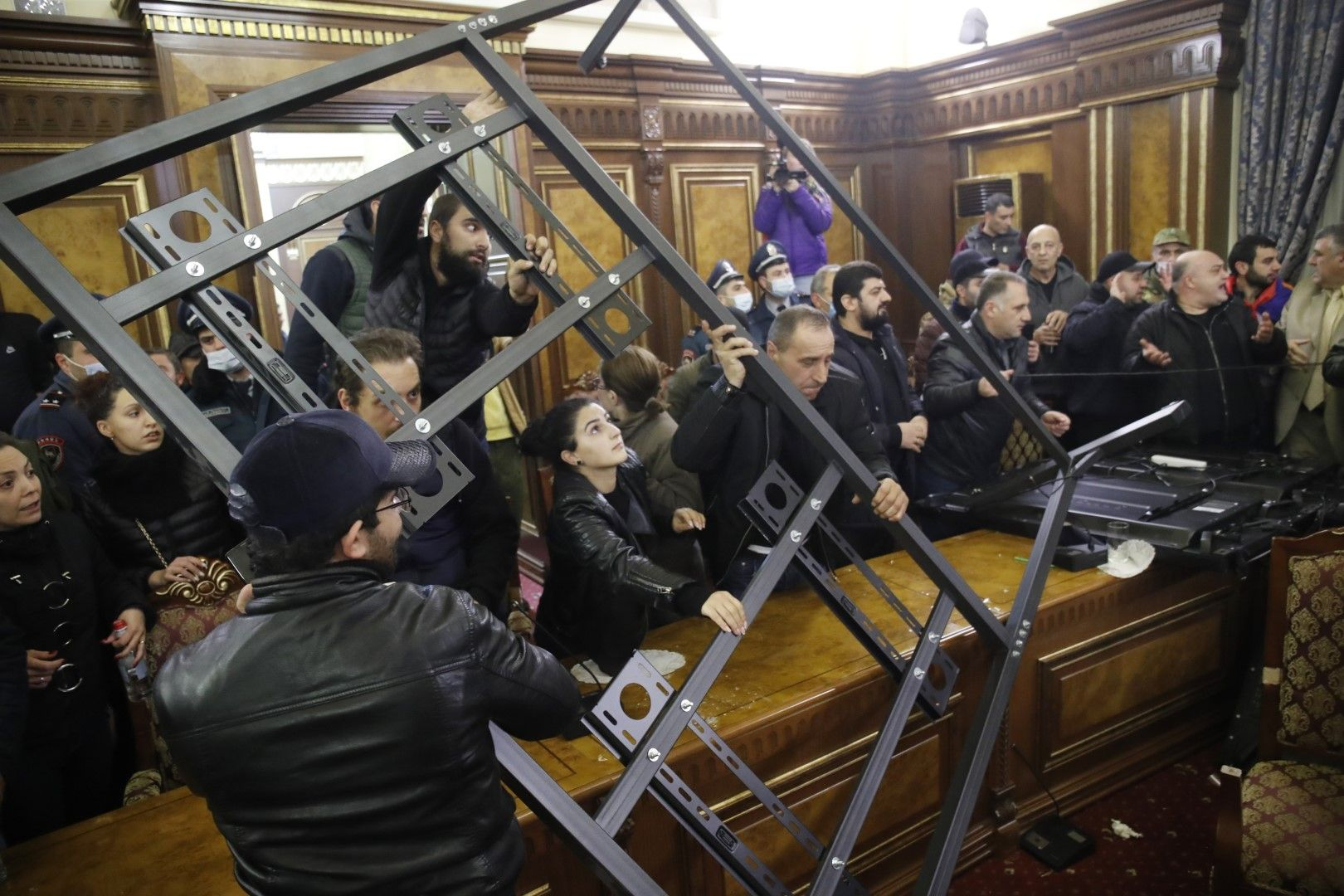 Протестиращи превзеха и правителствената сграда в Ереван, недоволни от подписаното споразумение за Карабах