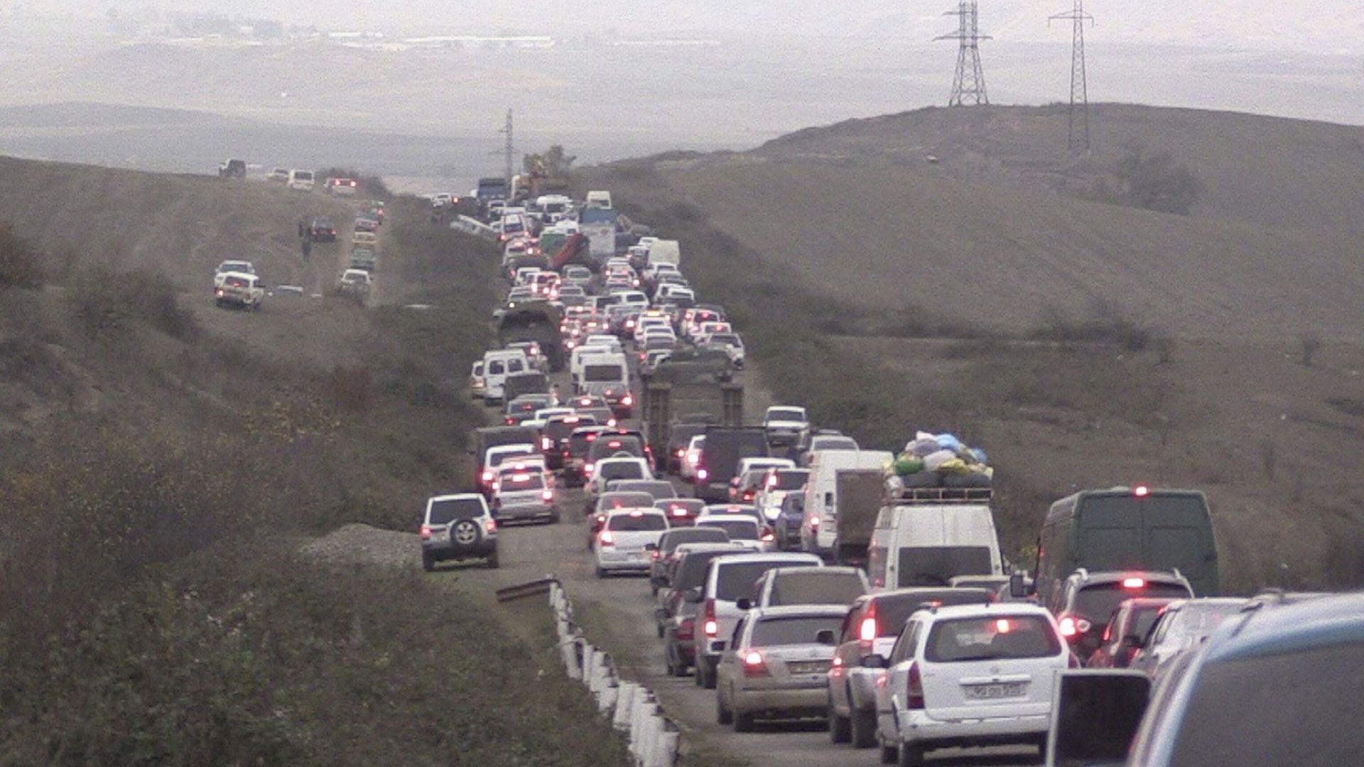 Задръстване от изнасящите се към Армения жители на Нагорни Карабах, наричан от арменците Арцах